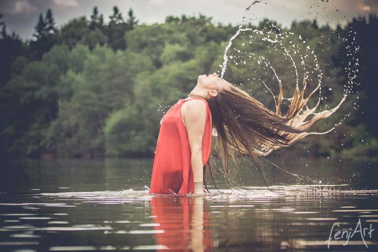 Fotoshooting mit fenjArt Fotografie model her name is king schwingt in einem see ihre langen nassen haare