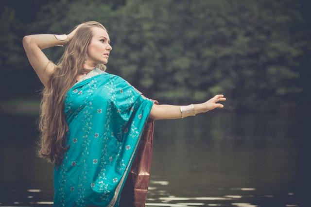 Fotoshooting mit fenjArt Fotografie model her name is king steht in einem indischen sari kleid in einem see