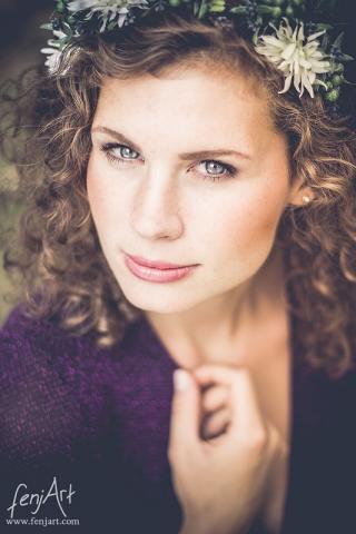 fenjArt Portraitfotografie - junge frau mit braunen lockigen haaren blickt intensiv in die kamera