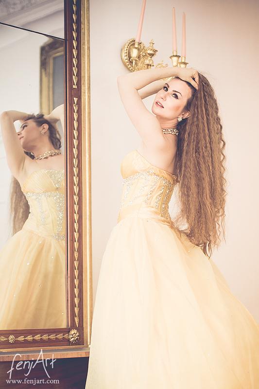 fenjArt Portraitfotografie - braunhaarige frau steht vor einem barocken spiegel und spielt mit ihren langen haaren