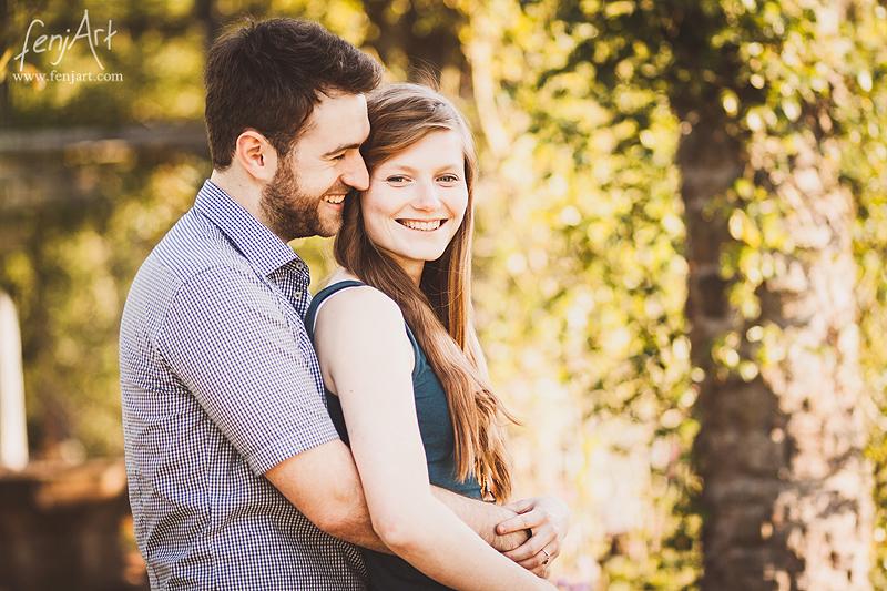 Paarshooting mit fenjArt Fotografie ein junger mann umarmt seine freundin in der rosenhoehe darmstadt