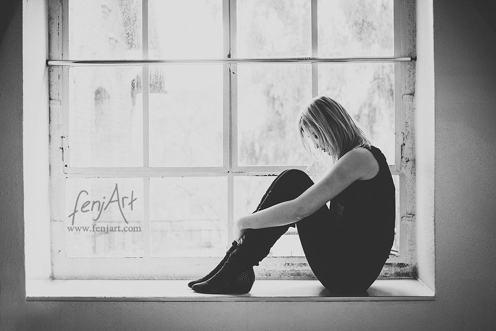 Fotoshooting mit fenjArt Fotografie blonde frau sitzt einsam auf einer alten fensterbank in einem alten gebaeude in hanau