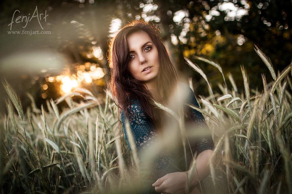 Fotoshooting mit fenjArt Fotografie braunhaarige frau steht im gruenen spitzenkleid in einem kornfeld in zellhausen