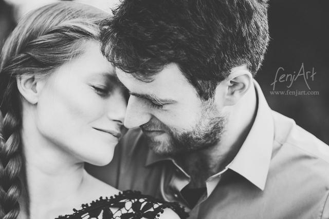 Paarshooting mit fenjArt Fotografie junges paar schmiegt sich in darmstadt auf der rosenhoehe verliebt aneinander