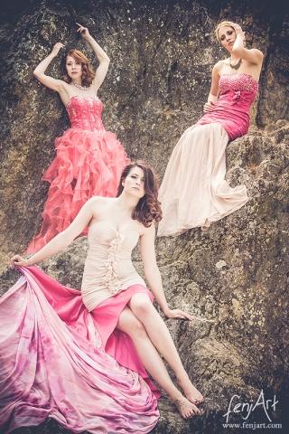 fenjArt Portraitfotografie - frei frauen posieren in roetlichen kleidern an einer felswand