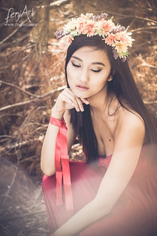 fenjArt Portraitfotografie - junge asiatische frau sitzt vertraeumt mit blumenkopfschnmuck im wald