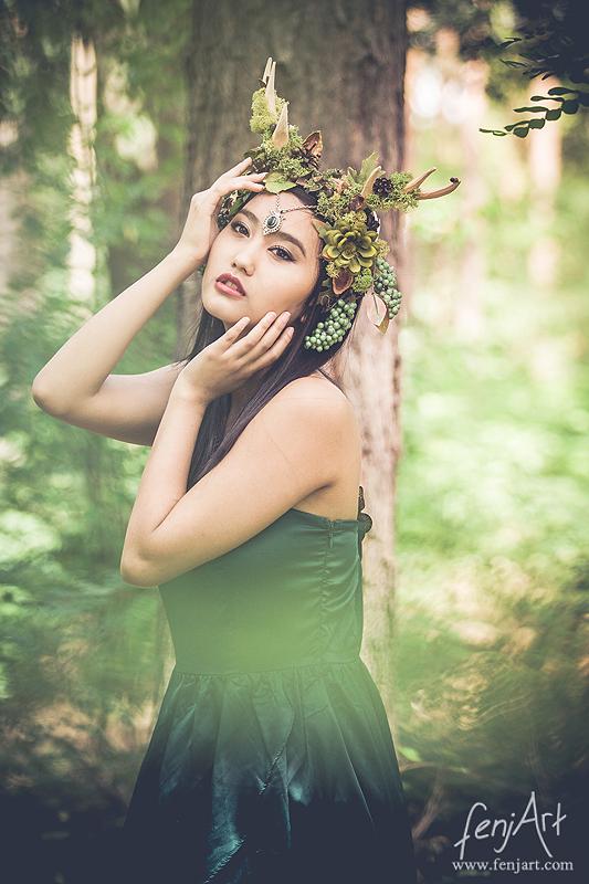 fenjArt Portraitfotografie - junge asiatische frau posiert in einem gruenen kleid romantisch im wald
