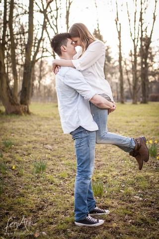 Paarshooting mit fenjArt Fotografie eine junge frau springt beim verlobungsshooting auf der mathildenhoehe in darmstadt ihrem verlobten in die arme
