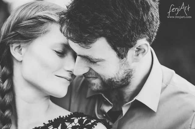 Paarshooting mit fenjArt Fotografie junges paar leht sich verliebt aneinandetr
