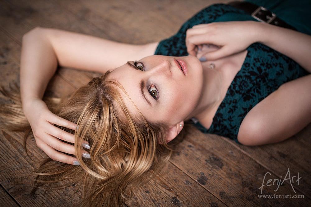 Fotoshooting mit fenjArt Fotografie blonde frau liegt nachdenklich auf einem alten holdboden in hanau