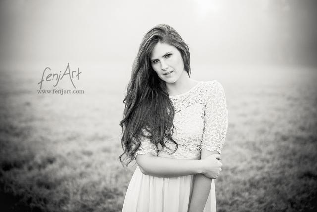 Fotoshooting mit fenjArt Fotografie braunhaarige frau steht im dichten nebel bei sonnenaufgang auf einer wiese in zellhausen